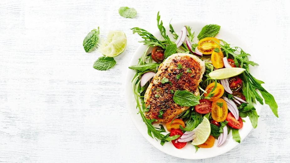 Przestrzeganie zdrowej diety nie musi być ani kosztowne, ani trudne