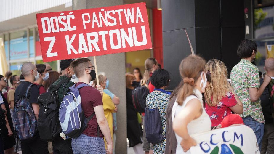 Mieszkańcy gminy Porszewice podczas protestu przeciw budowie kopalni piasku na terenie ich gminy .Fot.