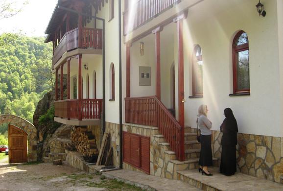 Dolazak monahinja privukao je veliki broj turista i vernika