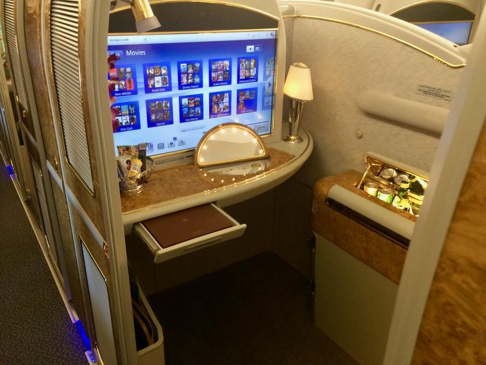 Tu każdy z pasażerów korzysta z wydzielonej, zamykanej kabiny.