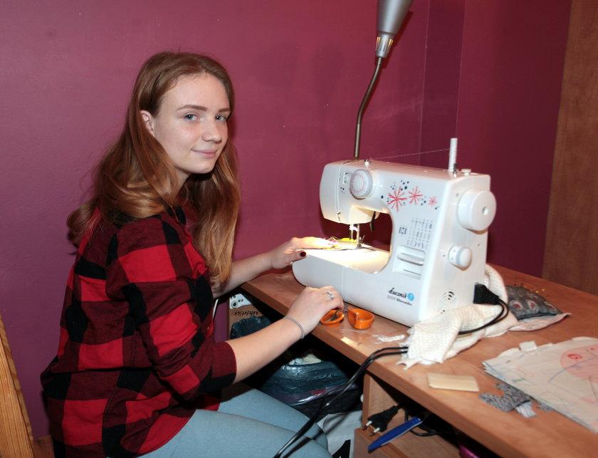 Maszyna da szycia pomaga Natalii w nauce zawodu