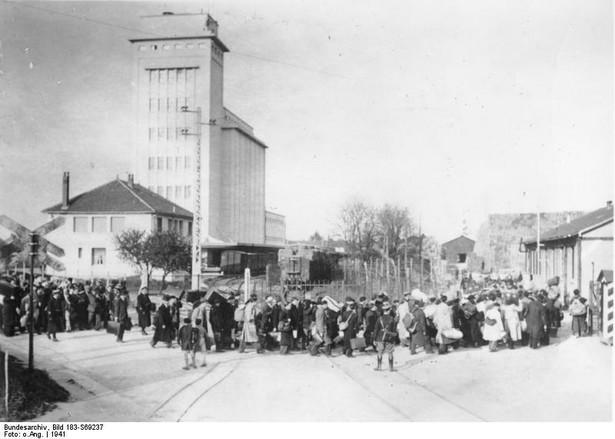 Za kluczowe osiągnięcie Beate Klarsfeld uważa zmianę myślenia o Vel d'Hiv - w połowie lipca 1942 r. przeprowadzono największą obławę na francuskich Żydów. [ Fot. Bundesarchiv Bild
