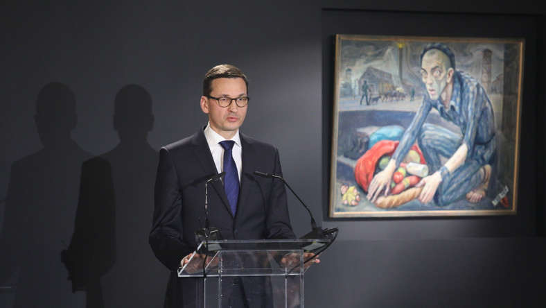 Premier Mateusz Morawiecki przemawia w budynku Sauny na terenie byłego obozu Auschwitz II-Birkenau w Brzezince.