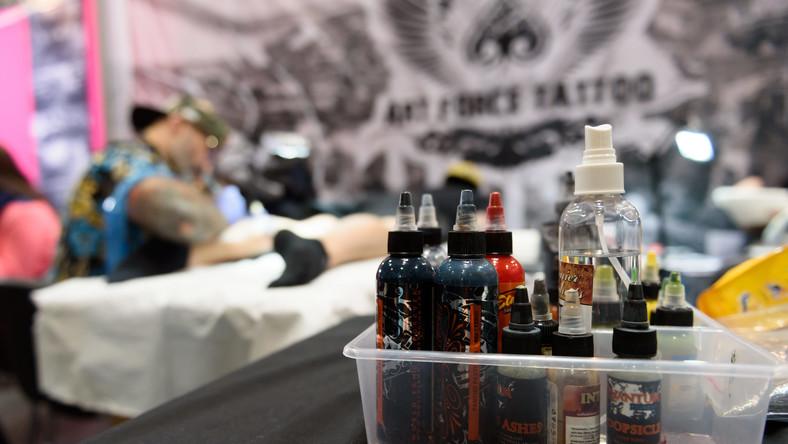 100 Euro Za Tatuaż Na Czole Bezdomnego Polaka W Trakcie