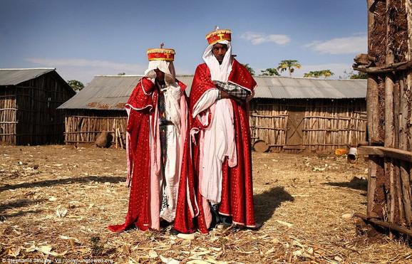 Sveštenik Adisu Abebe (23) i njegova nova nevesta Destaje Amare (11) venčali su se u skladu s tradicionalnim običajima etiopske pravoslavne crkve