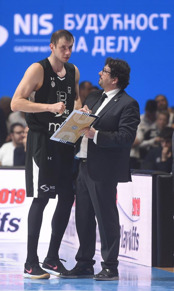 Andrea Trinkijeri u razgovoru sa kapitenom Novicom Veličkovićem
