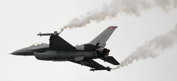 Do sądu trafiło w sumie ponad 1500 pozwów od mieszkańców osiedli i miejscowości położonych w sąsiedztwie bazy F-16 o odszkodowania za utratę wartości nieruchomości i obniżenie jakości życia.