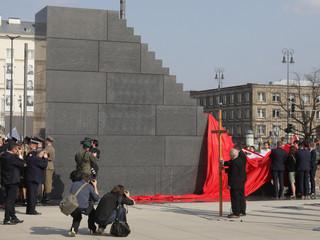 Pomnik smoleński w Warszawie odsłonięty. Prezydent: 'To symbol naszego zjednoczenia'