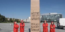 """Wznieśli drugi pomnik smoleński, ale z kartonu! Policja ma związane ręce. """"Kartonowe budownictwo"""" nie jest zakazane"""
