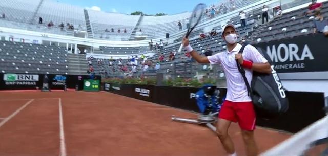 Novak Đoković izlazi na teren i pozdravlja navijače u Rimu