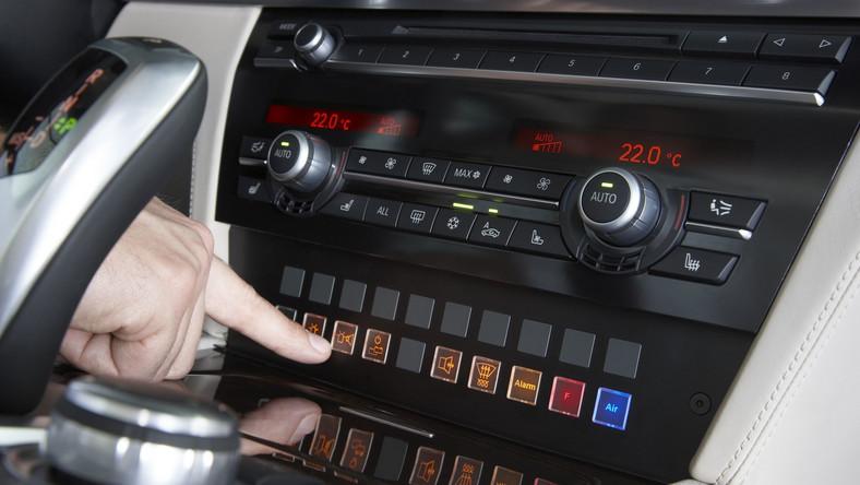 BMW 760Li High Security - opancerzona niemiecka limuzyna z przedłużanym rozstawem osi. Ten samochód Biuro Ochrony Rządu wykorzystuje m.in. do ochrony prezydenta od 2010 roku. Auto ma ponad 5,2 m długości i waży 3825 kg. Podwozie obłożono specjalnymi płytami, które mają chronić najważniejszych pasażerów w razie eksplozji ładunku pod samochodem.