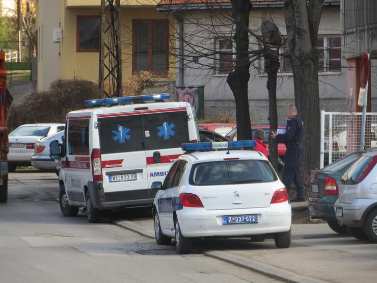 NIS01 policija i hitna pomoc u Ulici Stanoja bunusevca gde je mladic pao sa zgrade foto Branko Janackovic