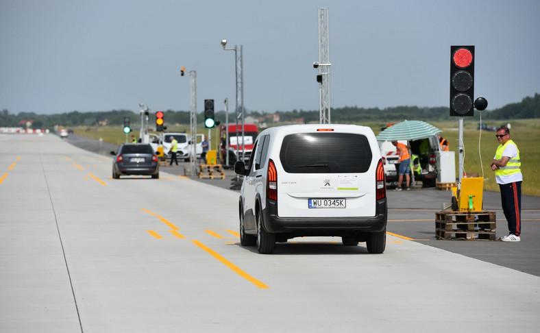 Nowe rejestratory przejazdu na czerwonym świetle - testy Red Light na Lotnisku Warszawa-Radom