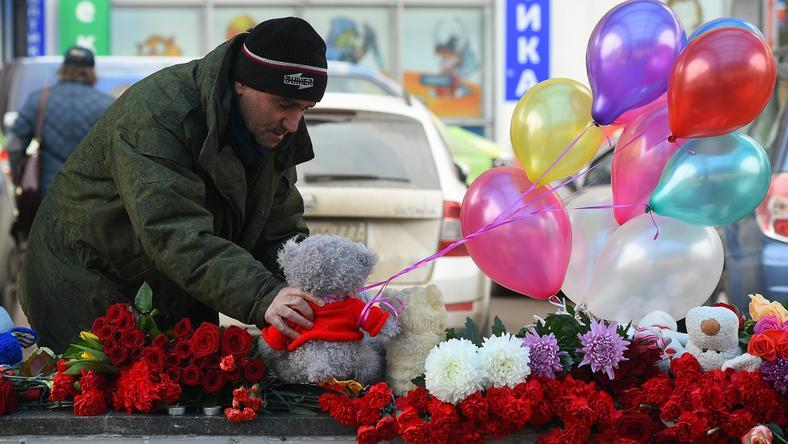 Mieszkańcy Moskwy składają kwiaty przy stacji metra Oktiabrskoje Pole w Moskwie.