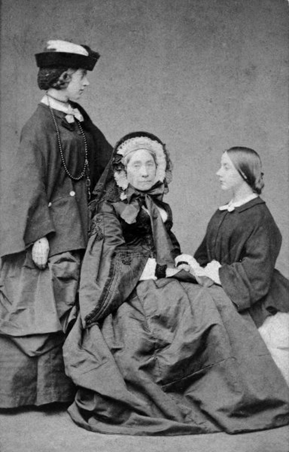 Aleksandrin Tine (levo) je putovala s majkom Henrijetom