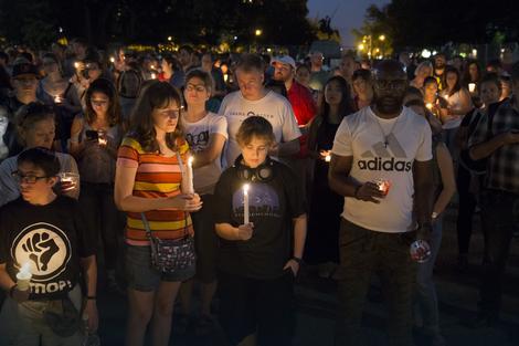 Sveće za žrtve napada sinoć ispred Bele kuće