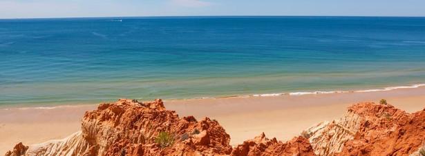 1. miejsce - plaża Falesia – jedna z najlepszych i najładniejszych portugalskich plaż. Długa, piaszczysta otoczona niezwykłymi pomarańczowymi klifami.