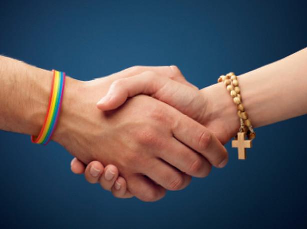 """Chodzi o zainaugurowaną przed tygodniem przez środowisko LGBT kampanię """"Przekażmy sobie znak pokoju""""."""