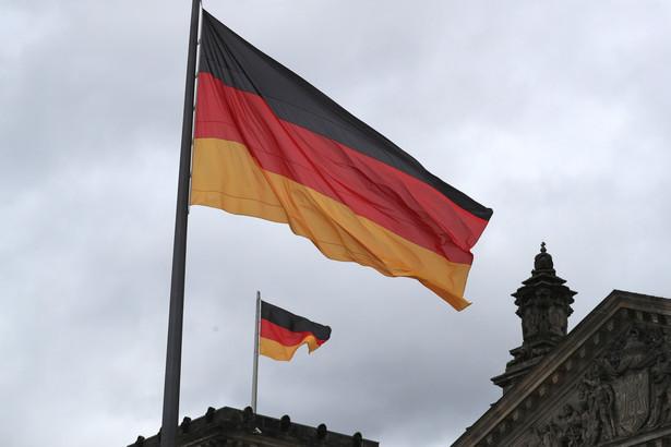 Flagi Niemiec przed budynkiem Reichstagu, Berlin, Niemcy, 24.09.2021