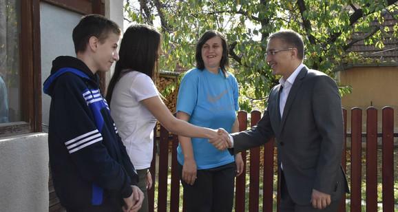 Ministar Stefanović sa porodicom preminulog policajca Novice Ribaća