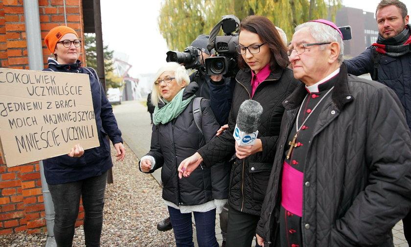 Przed salą BHP w Stoczni Gdańskiej na abp Głódzia czekała grupa demonstrantów domagających sięustąpienia duchownego ze stanowiska