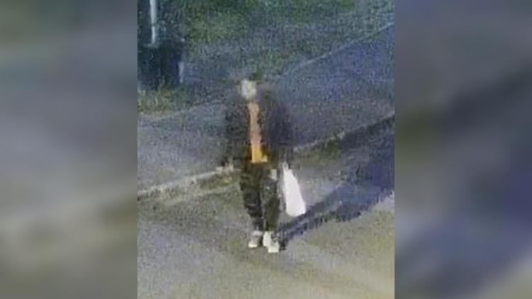 Felismeri? Először a földre lökött egy fiatal nőt, majd elvette a táskáját ez a férfi – fotó