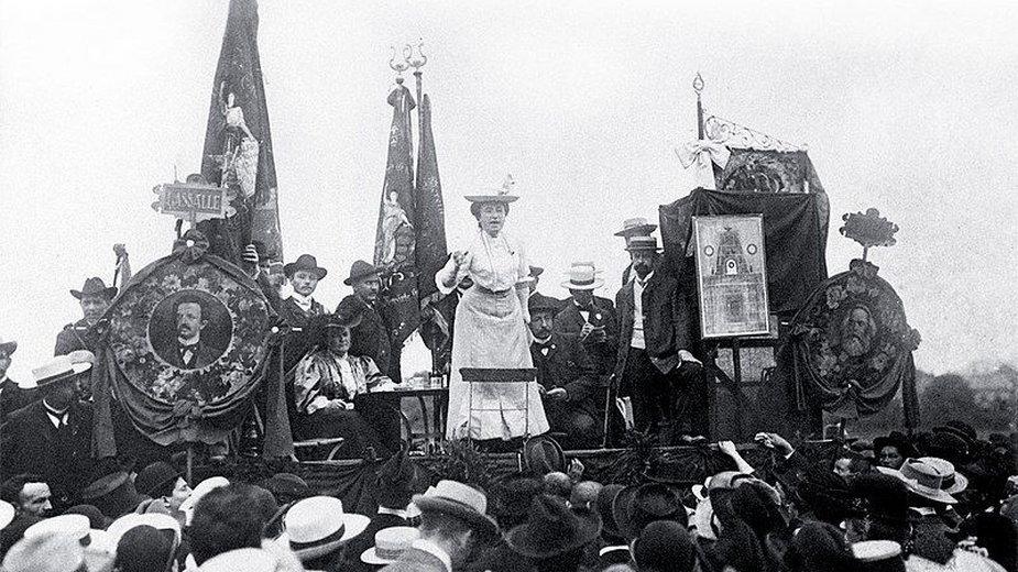 Róża Luksemburg przemawiająca w Stuttgarcie w 1907 t.