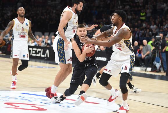 Nemanja Gordić u duelu sa košarkašima Venecije