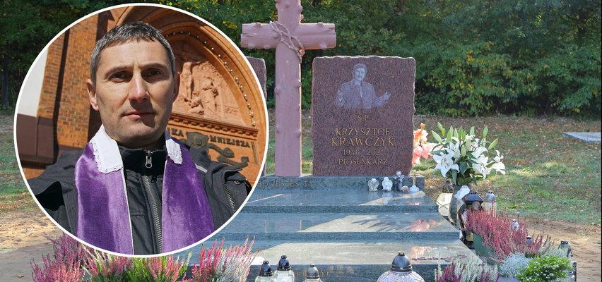 Fotowoltaika, oświetlenie, liczne dekoracje na grobie Krawczyka. Przesada? Wymowny komentarz duchownego