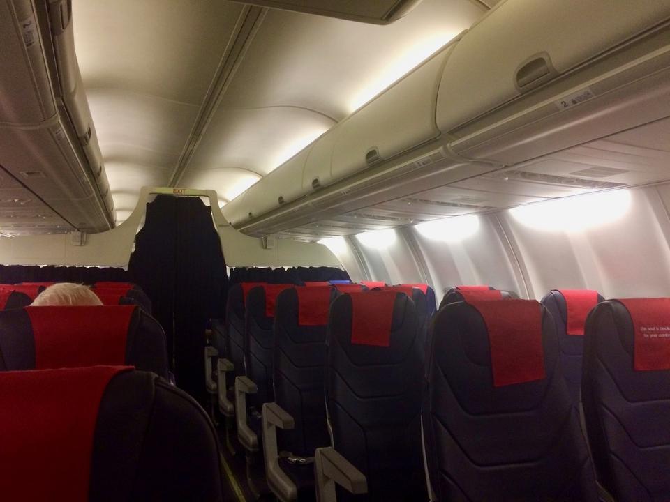 Tu również w klasie biznes środkowy fotel jest pusty. B737-800NG mają mniejsze luki bagażowe, co jednak zostawia większą przestrzeń nad głowami pasażerów, a także standardowe oświetlenie kabiny, w przeciwieństwie do Boeing Sky Interior znanego z B737 MAX 8 i Dreamlinerów.