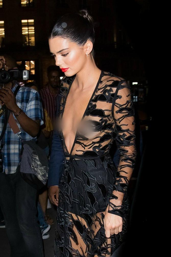 Bljesnule grudi u providnoj haljini