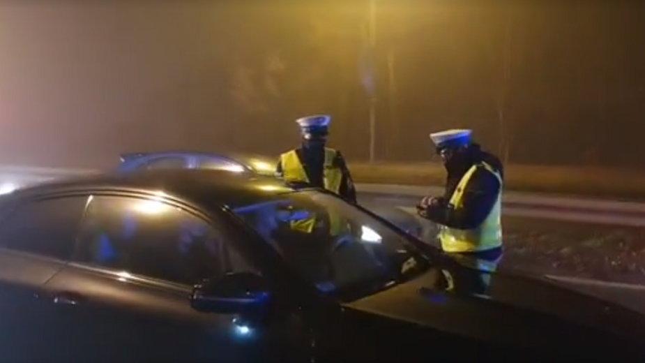 Policjanci kontrolujący kierowców