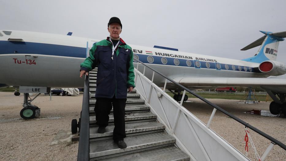 Nagyváthy Sándor a Ferihegyen álló Tu–134-est mutatja: ennek a gépnek a testvére szállította egykoron a pártvezetőket /Fotó: Grnák László