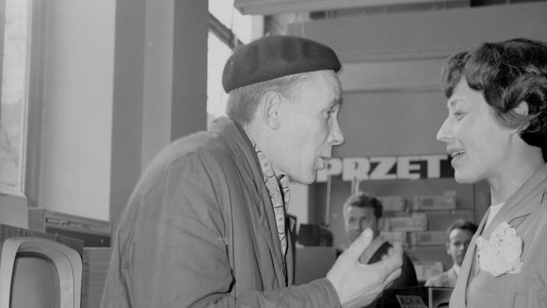 """Książka skarg i wniosków decyzją Rady Państwa i Rady Ministrów z 14 grudnia 1950 roku miała znaleźć się na obowiązkowym wyposażeniu każdego sklepu. Miała też być udostępniana na każde żądanie klienta, a każda skarga musiała doczekać się odpowiedzi ze strony kierownictwa placówki handlowej. Z tego powodu dochodziło czasem do przezabawnej wymiany uwag... NA FOTOGRAFII: Pracownik SDH """"Grażyna"""" w Warszawie podczas rozmowy z klientką, rok 1967 źródło zdjęcia: Narodowe Archiwum Cyfrowe"""