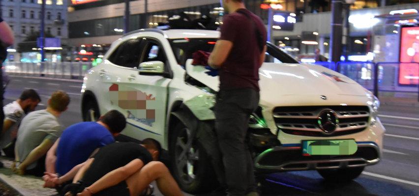 Scena jak z filmu akcji. Uciekający mercedes zatrzymany po zderzeniu z innym autem. Kierowca nie miał prawa jazdy