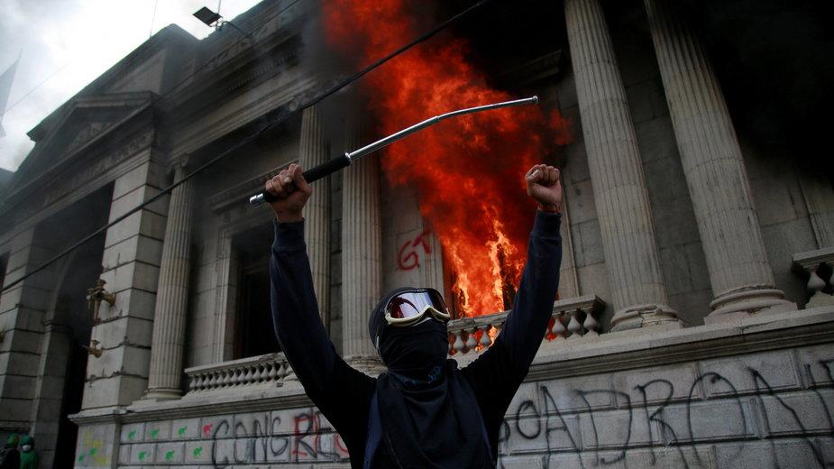 Płonie budynek parlamentu w Guatelamali, 21.11.2020 r.