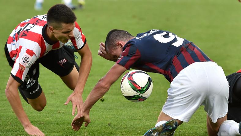Zawodnik Cracovii Bartosz Kapustka (L) walczy o piłkę z Adamem Frączczakiem (P) z Pogoni Szczecin podczas meczu polskiej Ekstraklasy