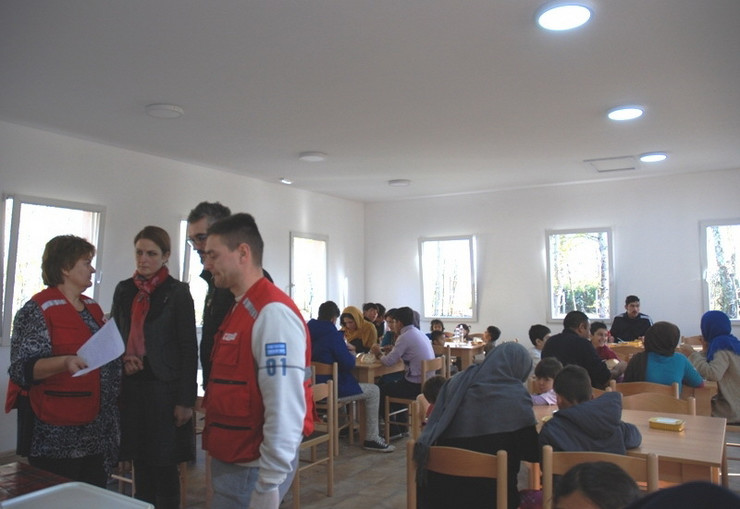 Sombor Gradonacelnica Dusanka Golubovic sa saradnicima  medju migrantima u Prihvatnom centru