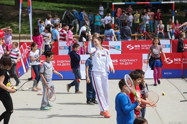 Nina Stojanović sa mališanima u Beogradu