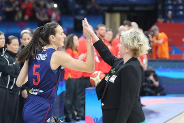 Marina Maljković se pozdravlja sa Sonjom Petrović