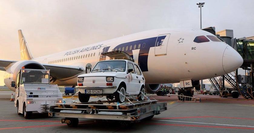 Fiat 126p do USA poleciał rejsowym samolotem. Przesyłkę umieszczono w luku bagażowym Dreamlinera do Los Angeles
