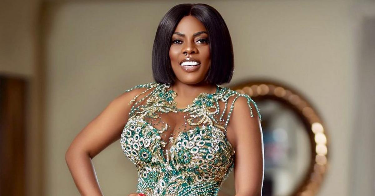 Nana Aba Anamoah wants us to glow as wedding guests: here are 5 style tips