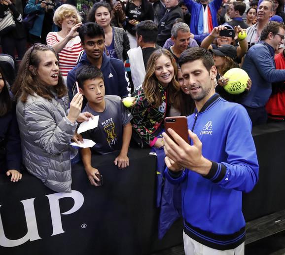 Novak Đoković sa navijačima po okončanju revijalnog takmičenja