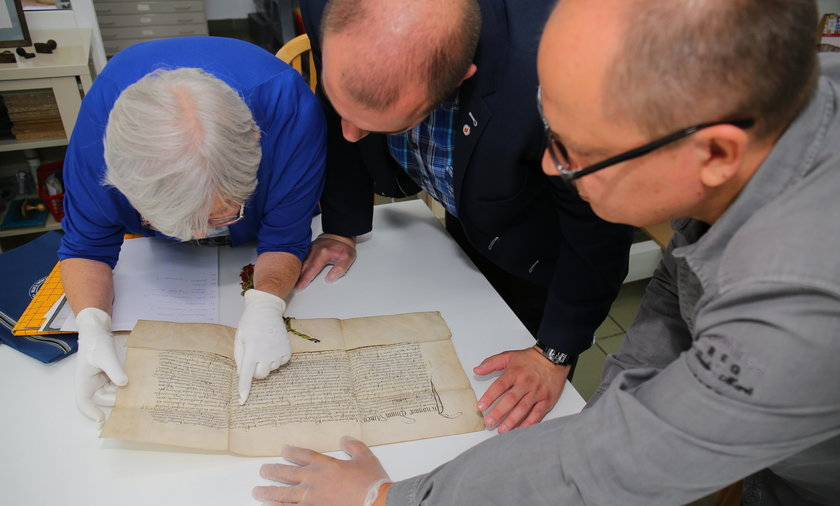 Odnaleziony dokument potwierdzający nadanie Łodzi praw miejskich przebadany
