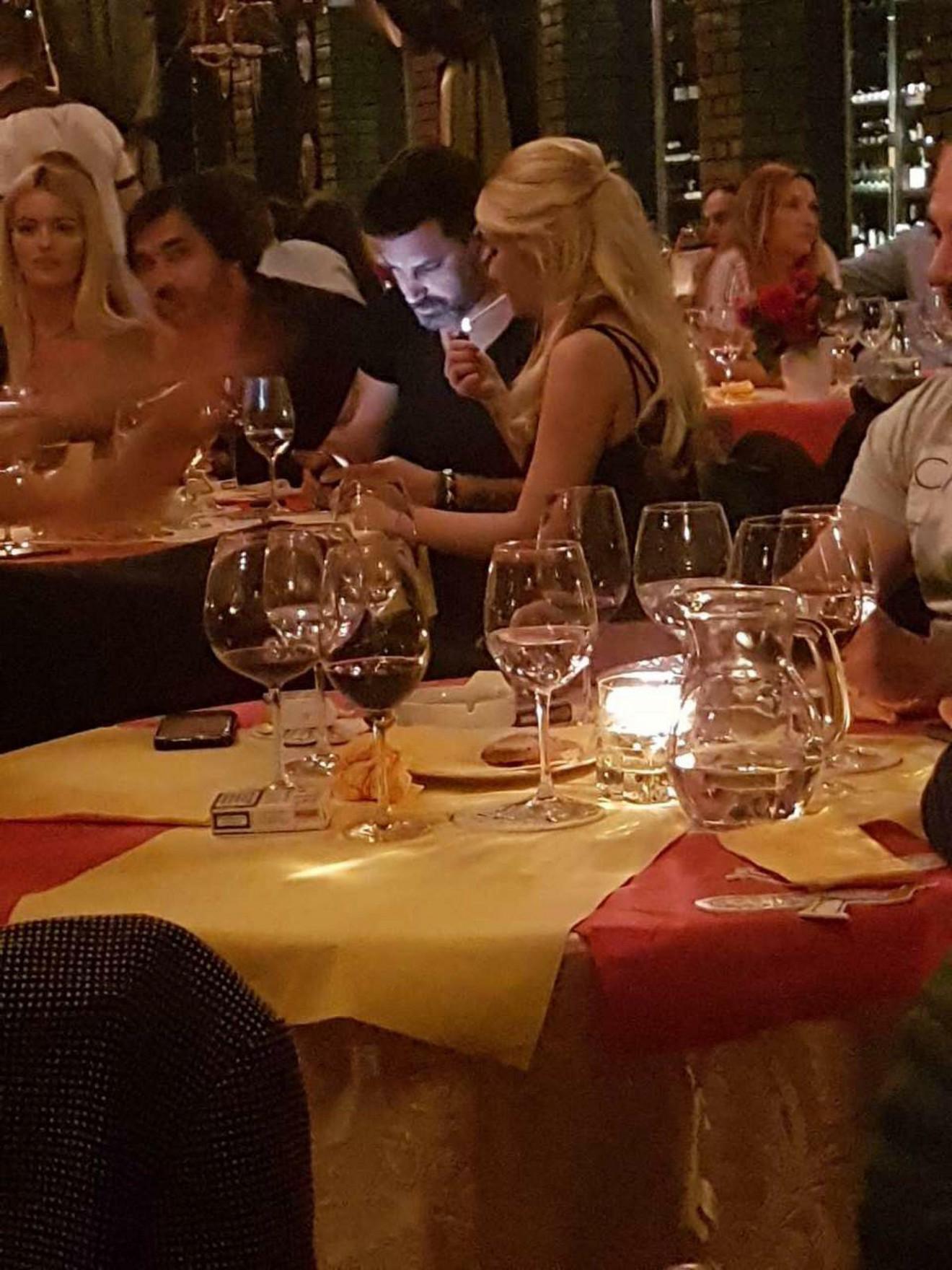 Par fotografisan tokom večere u prestoničkom restoranu