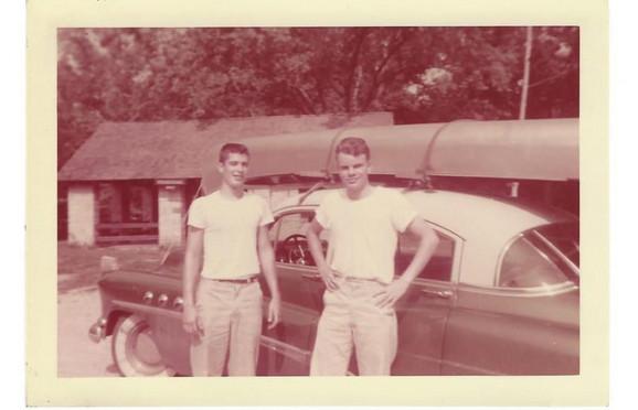 Brus Kenamor u mladosti (desno)