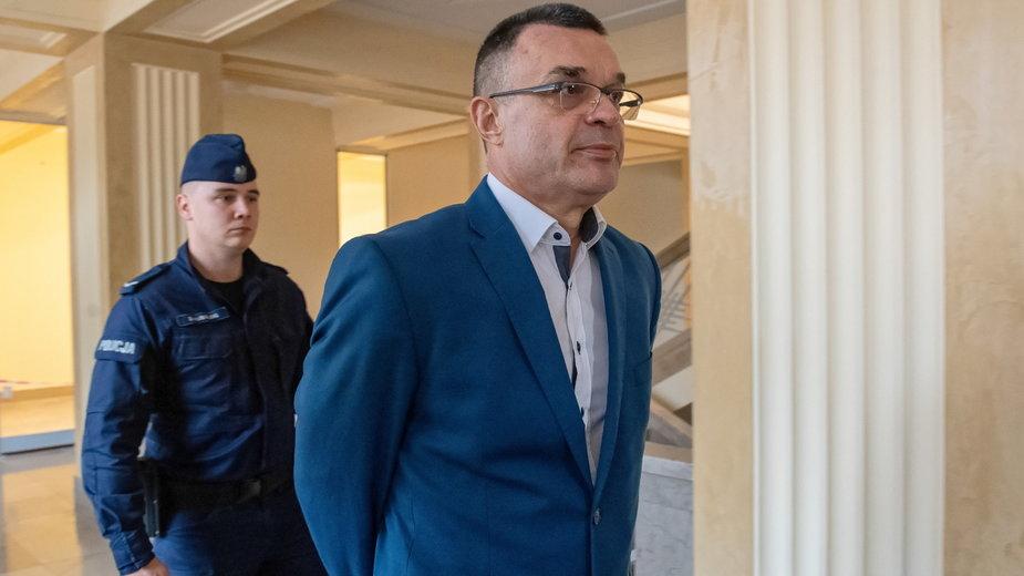 Grzegorz Łuczak przed salą rozpraw, zdjęcie z 2019 r.