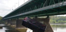 Zrzucili autobus z mostu do Wisły w Warszawie!