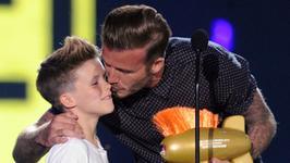 Syn Victorii Beckham wydał świąteczny singiel. Czy pójdzie w ślady mamy?
