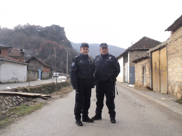 Policajci Jeton Redžepi (39) i Nagip Salihu (39) ispred stene sa koje je devojka htela da skoči